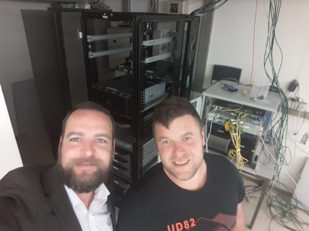 Horst Kandutsch und Andreas Stingl vor Server-Baustelle