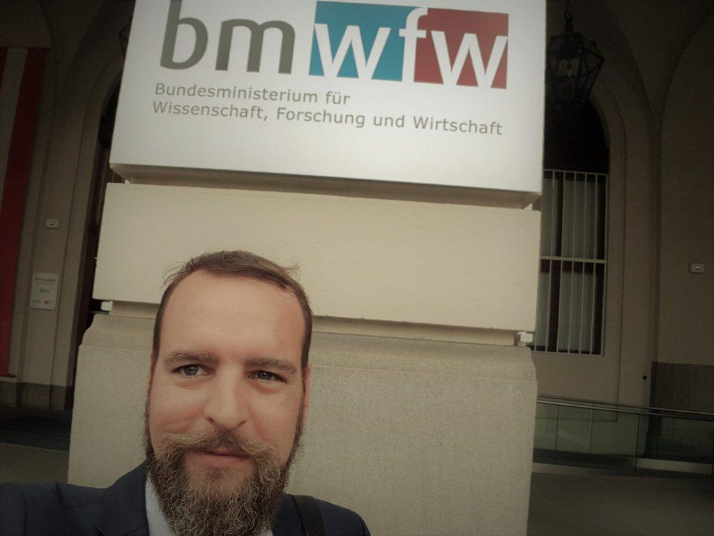 Dr. Horst Kandutsch vor dem Bundesministerium für Wissenschaft, Forschung und Wirtschaft